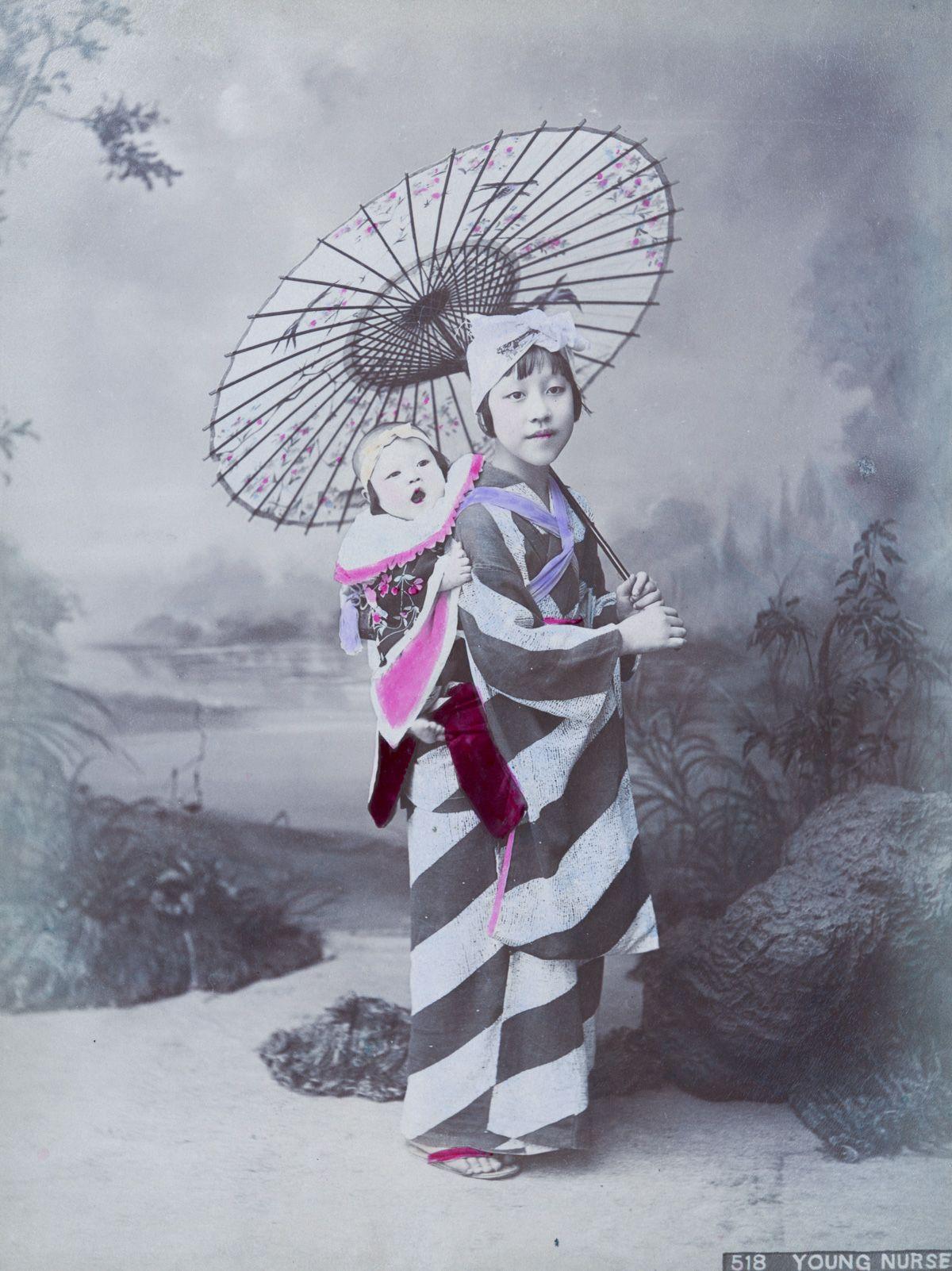 背着娃娃的年轻女子。(New York Public Library)