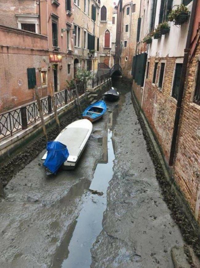 Kênh đào Venice thơ mộng cạn nước trơ đáy sau siêu trăng