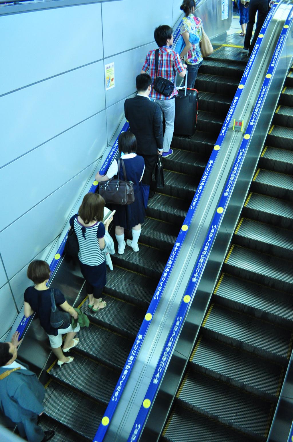 đi thang cuốn ở nhật, Người Nhật chỉ đứng ở một bên thang cuốn.
