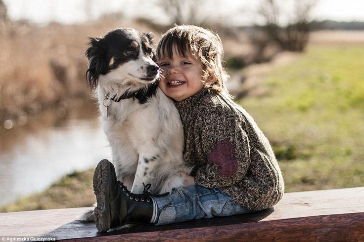 Cậu bé trả lời đầy xúc động khi mọi người nói rằng chú chó đã lên Thiên đàng