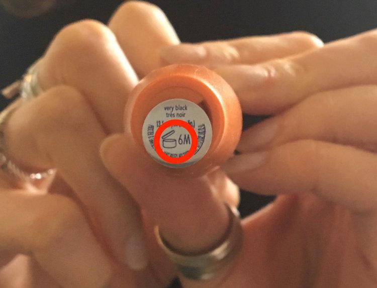 Trong khi đó, cây mascara Sarah's CoverGirl này chỉ có hạn là 6 tháng kể từ lần sử dụng đầu tiên. Con số được ghi ở bên ngoài ký hiệu PAO nên không khó để nhìn thấy. (Ảnh: Chloe Pantazi/INSIDER)