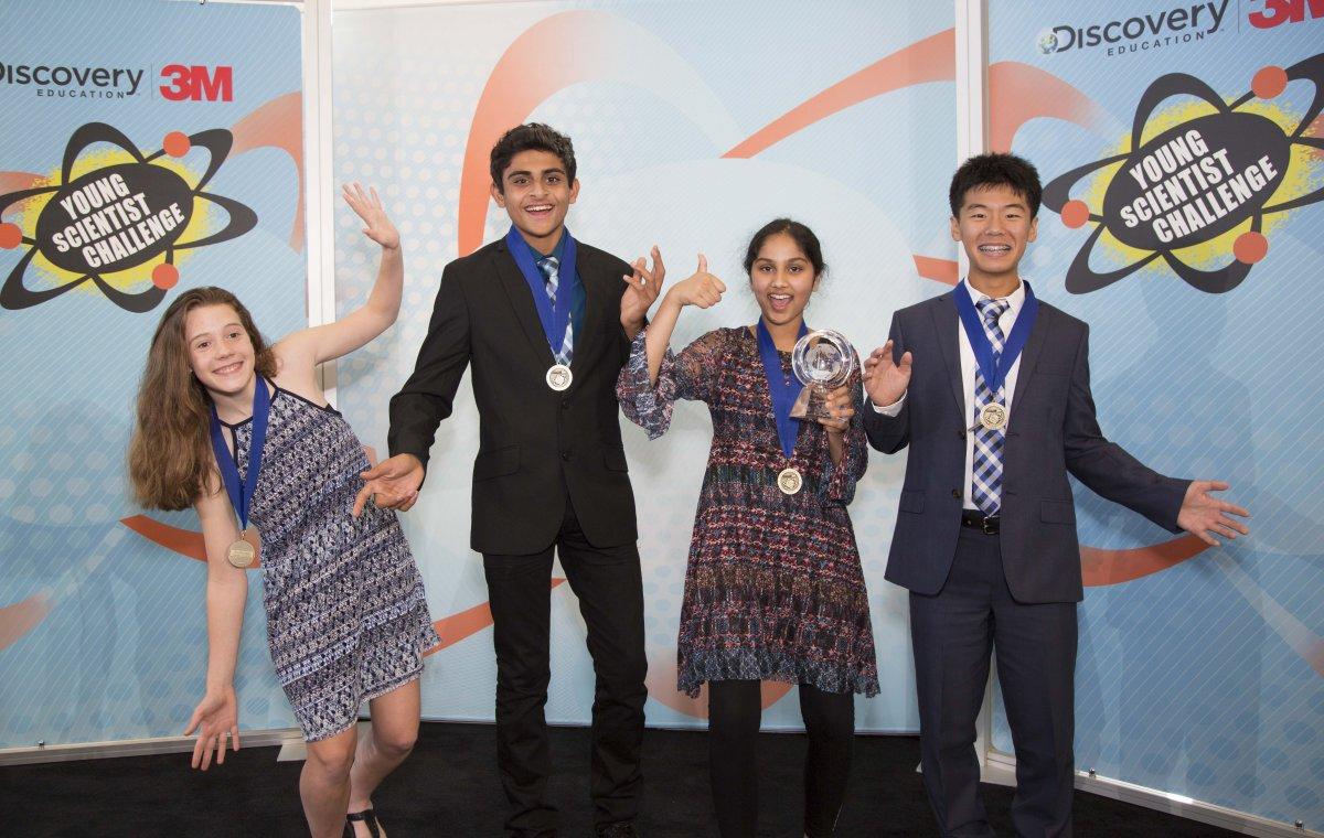 4người chiến thắng trong chương trình Discovery Education 3M Young Scientist Challenge, từ trái sáng phải: AmeliaDay,RohanWagh,MaanasaMendu(Giải thưởng lớn)vàKaienYang.(Ảnh: Andy King/Discovery Education)