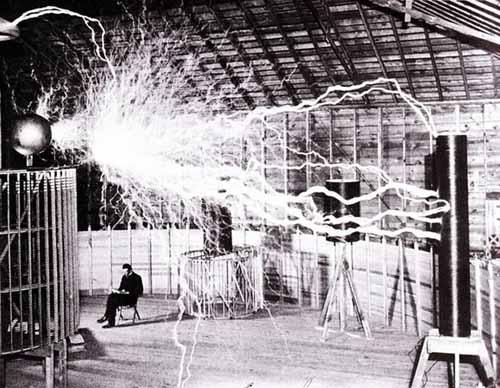 Cảnh Tesla ngồi trong phòng thí nghiệm, bức ảnh do Dickenson Alley chụp với kỹ thuật phơi sáng (Ảnh: Dickenson Alley, Wikimedia)