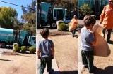 Cảm động cảnh tài xế xe rác tặng quà cho cậu bé tự kỷ