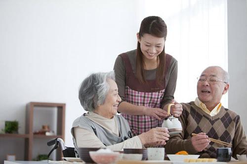Kết quả hình ảnh cho chăm sóc bố mẹ cha mẹ
