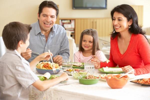 Ăn những bữa ăn cùng nhau và không xem TV là tốt cho tiêu hóa của bạn và bạn cũng sẽ ăn ít lại.