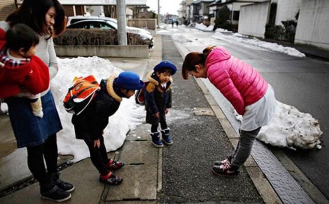 Bước đầu tiên trong việc giáo dục trẻ: Hãy dạy con nói cảm ơn, con trẻ cúi đầu cảm ơn