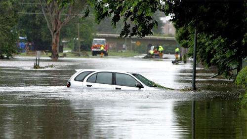 Cách thoát thân hữu hiệu khi xe bị ngập nước
