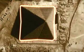 Góc chụp tại đúng thời điểm với độ sáng phù hợp cho thấy kim tự tháp này là những khối 8 mặt chứ không phải 4 mặt như thường nhìn thấy. (ảnh: Ancient Code)