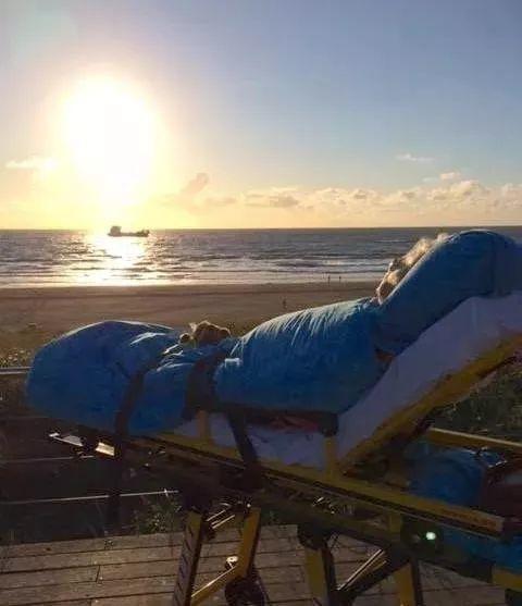 Bức ảnh ngắm biển khiến cả nước Úc xúc động