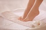 5 cách tự nhiên đơn giản để khắc phục chân nứt nẻ và có mùi khó chịu