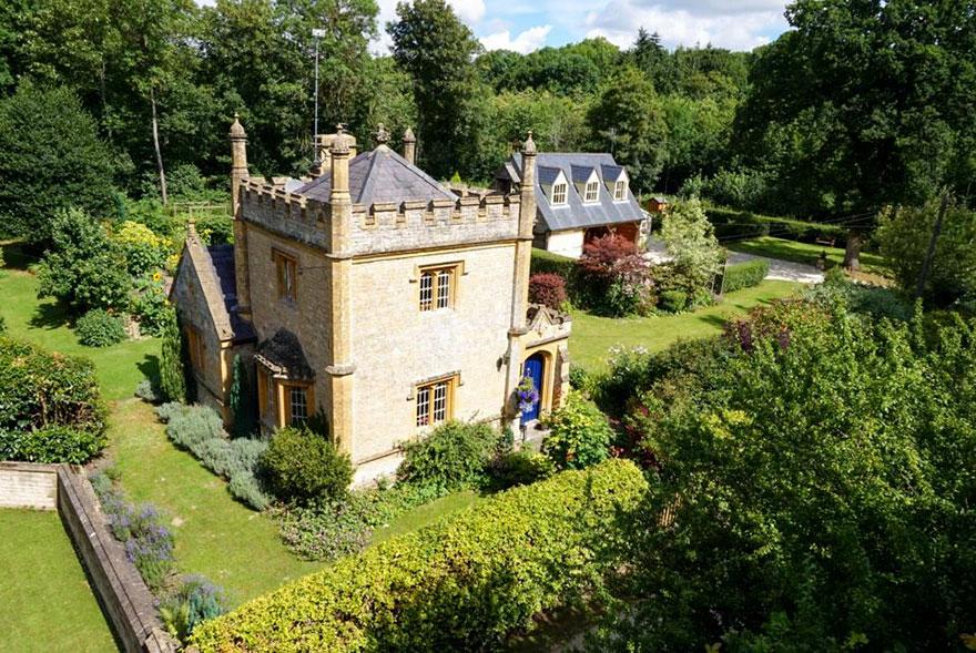 uk-smallest-castle-for-sale-mollys-lodge-12
