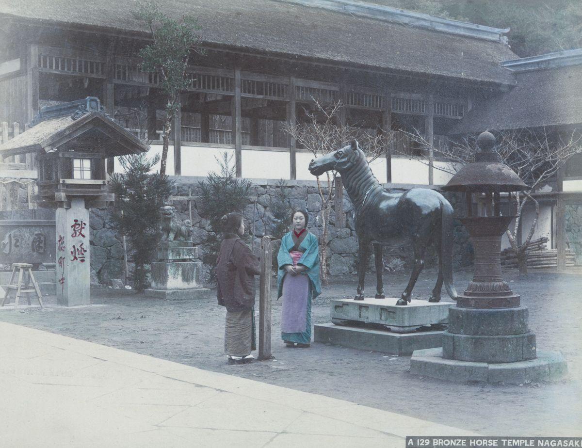 长崎诹访神社的青铜马。(New York Public Library)