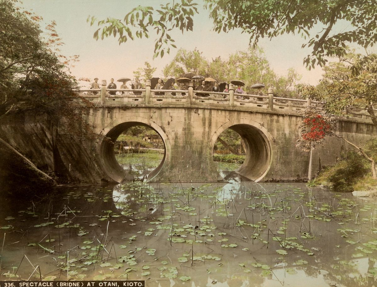 京都的一座桥。桥上的人们多半拿着西式的雨伞。(New York Public Library)