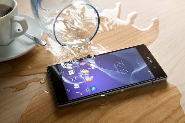 Vì sao nên để úp mặt điện thoại xuống mặt bàn?