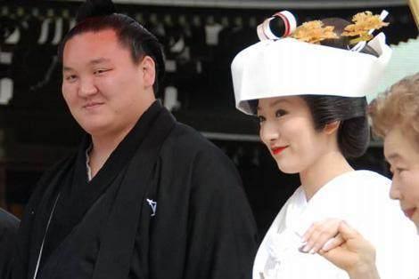 Vì sao ở Nhật nhiều nữ nghệ sĩ xinh đẹp lại bằng lòng lấy đô vật Sumo?