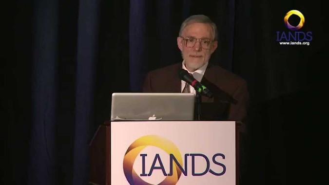 TS. Batthyany tại Hội Thảo năm 2014 của Hiệp hội Quốc tế về Nghiên cứu Cận tử (IANDS). (Ảnh chụp/YouTube)