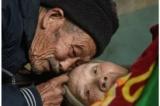 Người đàn ông 56 năm chăm sóc vợ bệnh liệt giường