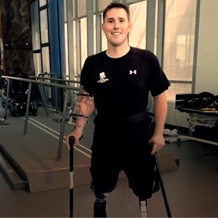 nười đàn ông bị mất cả 2 chân vào Đại học Hardvard