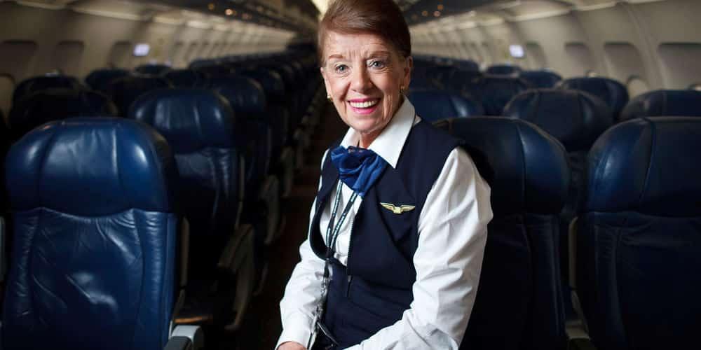 Nữ tiếp viên hàng không 82 tuổi