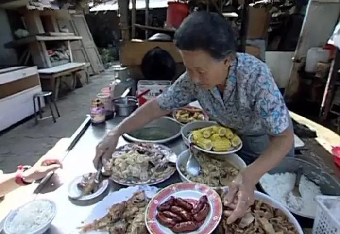 Bà cụ bán cơm