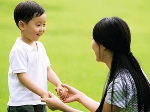đứa trẻ ngoan, vâng lời cha mẹ
