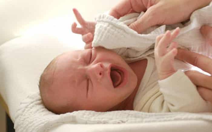 Bát nước lạnh của cụ già cứu sống một em bé phát bệnh cấp tính