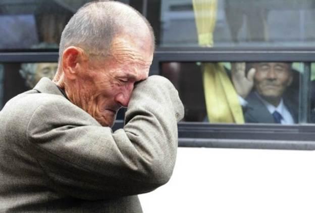 Hình ảnh 2 anh em, một người người ở Triều Tiên, một người ở Hàn Quốc đoàn tụ sau hàng chục năm xa cách vào năm 2010. Trong ảnh là giây phút chia ly của hai người khi trở về đất nước làm xúc động lòng người. (Ảnh: Imgur.com)