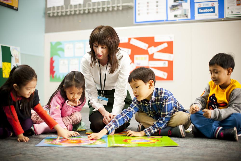 trẻ học ngoại ngữ