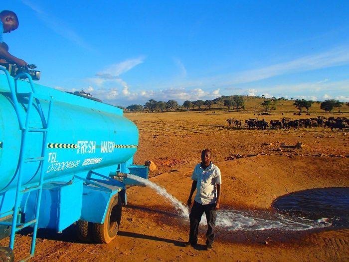 man brings water wild animals kenya 1 58aac6da05dba  700 Kenya: Người nông dân chở hàng ngàn lít nước mỗi ngày để cứu động vật hoang dã