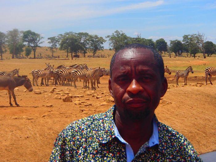 man brings water wild animals kenya 10 58aac6f3a007f  700 Kenya: Người nông dân chở hàng ngàn lít nước mỗi ngày để cứu động vật hoang dã