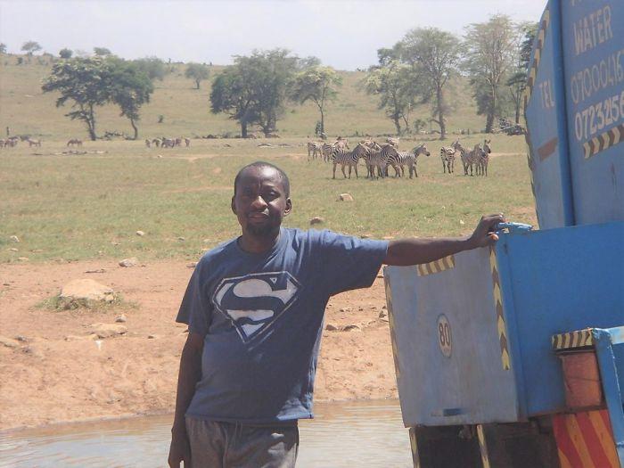 man brings water wild animals kenya 11 58aac6f596bf3  700 Kenya: Người nông dân chở hàng ngàn lít nước mỗi ngày để cứu động vật hoang dã