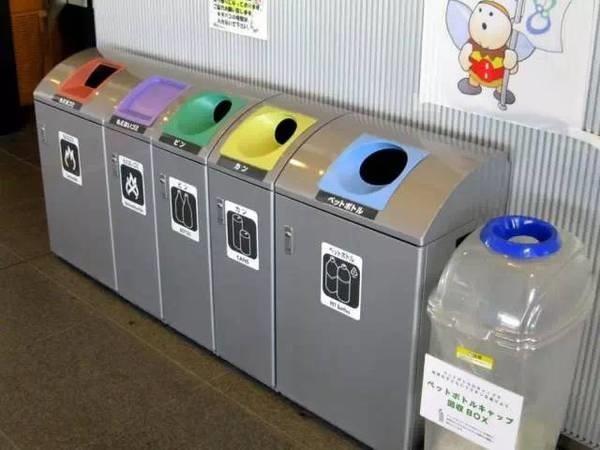 Thùng rác ở nơi công cộng của Nhật ít nhất được chia làm 3 loại, việc phân loại rác vô cùng kỹ lưỡng.