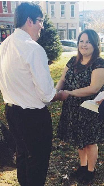 艾莉儿跟昆恩在日前举行了他们简单却幸福的婚礼