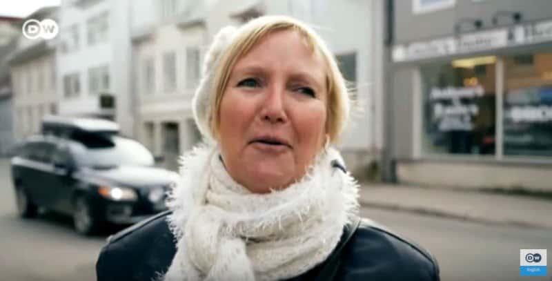 """而普通挪威人的看法也差不多,这位大妈表示:""""最幸福肯定不是因为天气啦,我觉得是因为这里的自然环境和人吧!"""""""