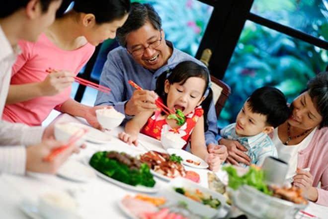 Phân biệt trẻ em Việt - Mỹ - Hàn trên bàn ăn