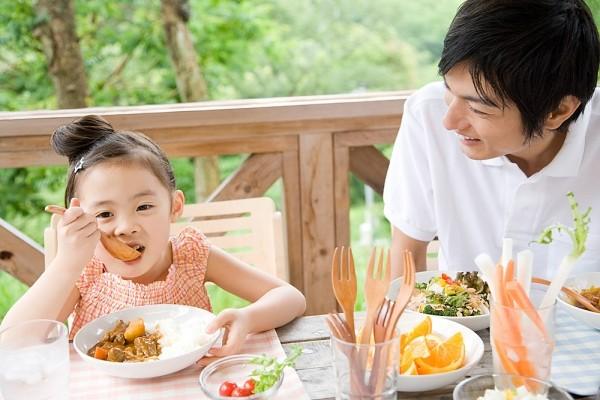 trẻ ăn sáng
