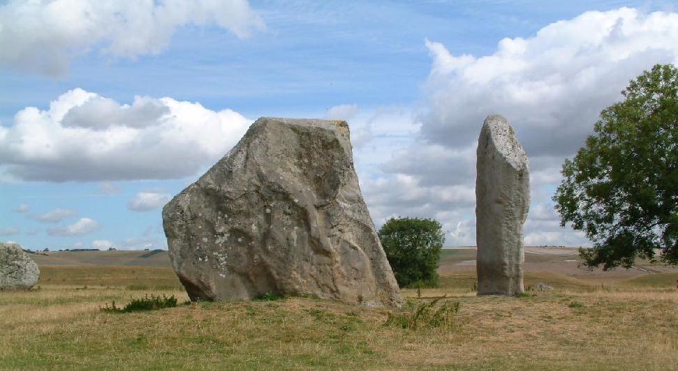 Ảnh hiện trạng của 2 khối đá còn lại tạo nên Khung tò vò trong bán cầu Bắc của Vòng tròn đá Avebury. (Ảnh: megalithic.co.uk)