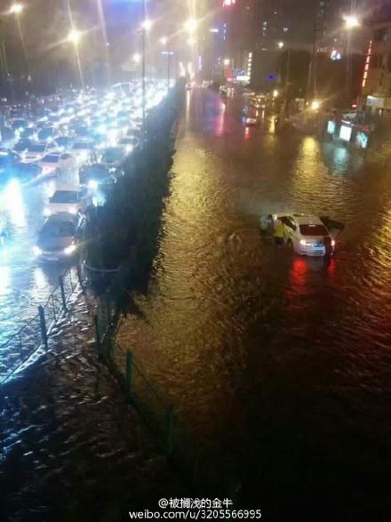 Thành phố Tây An ngập trong nước hơn 1m.
