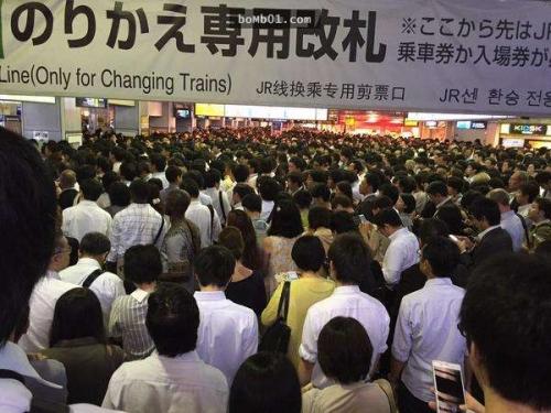 Tokyo, Nhật Bản. Tuyến xe JR dừng lại do bị sự cố, những người đi lại yên tĩnh xếp hàng đợi.