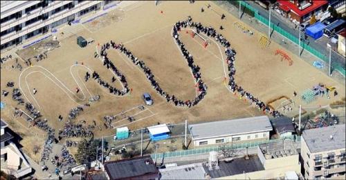 Nhật Bản sau trận động đất 311, người dân thành phố Sendai xếp hàng lấy nước ở sân vận động trong trường, hàng lối ngay ngắn không hề lộn xộn.