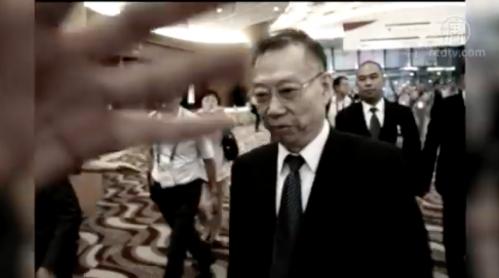 Ông Hoàng Khiết Phu đang rời khỏi hội trường Đại hội. (Ảnh: NTDTV)