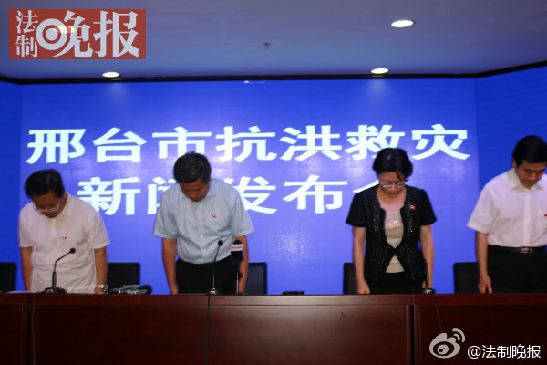 """có thể insert hình này vào, ghi chú """"Lãnh đạo thành phố Hình Đài, Hà Bắc Trung Quốc trong cuộc họp báo đã cúi đầu xin lỗi người dân"""""""