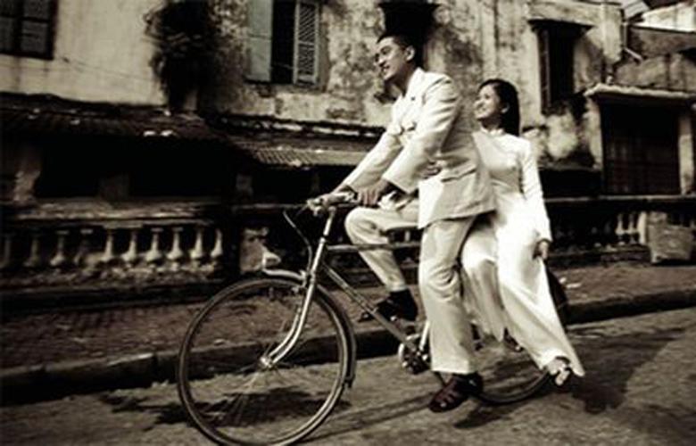 Những cô gái Hà Nội xưa đằm thắm, thướt tha trong tà áo dài. (Ảnh: antuonghanoi.vn)