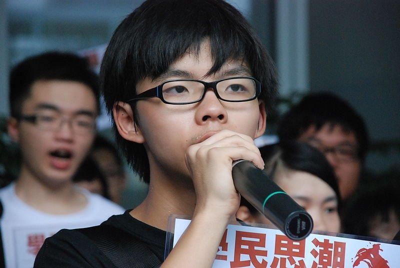 Hoàng Chi Phong trong cuộc biểu tình vào tháng 7 năm 2012. (Ảnh: VOA)