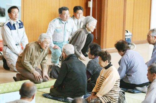 Vợ chồng Nhật Hoàng hỏi thăm người dân.