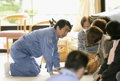 Thủ tướng Nhật hỏi thăm người dân chịu thiệt hại ở huyện Kumamoto.