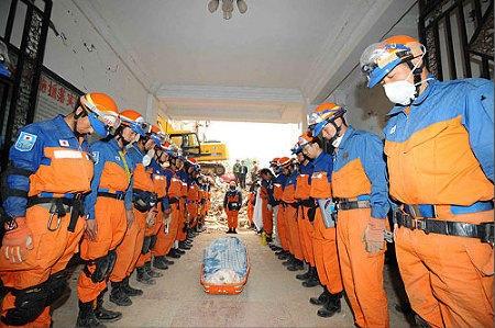 Tứ Xuyên bị động đất, đội cứu hộ Nhật Bản mặc niệm trước đồng bào Trung Quốc bị nạn.
