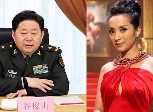 Thang Xán, người tình gia nhập đoàn văn công quân khu Bắc Kinh của ông Cốc Tuấn Sơn, được đặc cách phong hàm đại tá, được hưởng các quyền lợi tương đương chức sư đoàn phó.