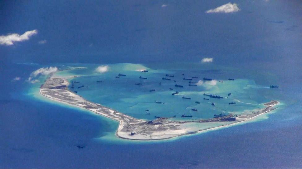 Tàu nạo vét của Trung Quốc tại đá Vành Khăn thuộc quần đảo Trường Sa trên biển Đông. Ảnh chụp hôm 21/5/2015